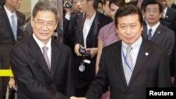 중국 국무원의 장즈쥔 타이완 사무판공실 주임(왼쪽)이 장관급 관리로는 처음으로 타이완을 방문했다.