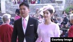 中国企业家富豪刘强东携妻子章泽天在伦敦附近出席尤金妮公主的婚礼,现场表现甜蜜(2018年10月12日,推特图片)。