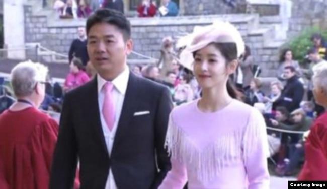 中國企業家富豪劉強東攜妻子章澤天在倫敦附近出席尤金妮公主的婚禮,現場表現甜蜜(2018年10月12日,推特圖片)。