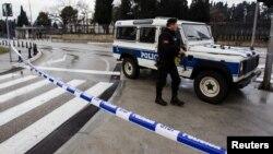 Petugas kepolisian berjaga di Kedutaan Besar AS di Podgorica, Montenegro, 22 Februari 2018.