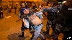 Cảnh sát bắt giữ 1 người biểu tình chống chính phủ tại Rio de Janeiro, Brazil, 20/6/2013