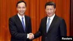 중국 공산당 총서기인 시진핑 국가주석(오른쪽)이 4일 베이징에서 타이완 집권여당인 국민당 주리룬 주석과 회담했다.