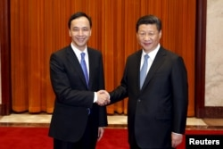 2015年5月4日台湾国民党主席朱立伦(左)与中国国家主席习近平握手