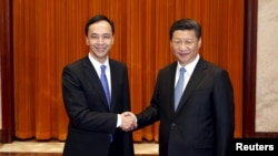 Chinese President Xi Jinping (R) meets with Eric Chu, head of Taiwan's Nationalist Party.