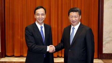 2015年5月4日台湾国民党主席朱立伦(左)在北京人民大会堂与中国国家主席习近平握手