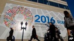 行人在国际货币基金组织总部外面走过(2016年4月14日)