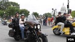 La ex candidata a la vicepresidencia, Sarah Palin, participó del desfile de los Rolling Thunder, en Washington, como acompañante en una motocicleta.