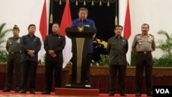 Presiden Susilo Bambang Yudhoyono memberikan keterangan pers setelah memimpin langsung pertemuan antara pimpinan KPK dan Kapolri di Istana Negara hari Senin malam, 8/10 (foto: Andylala/VOA).