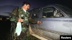 En esta foto, tomada en 1999, el fallecido cabecilla guerrillero Jorge Briceño, conocido como el 'Mono jojoy', se disponía a subir a una de las lujosas camionetas en las que se transportaba. El grupo guerrillero factura cerca de 1.117 millones de dólares