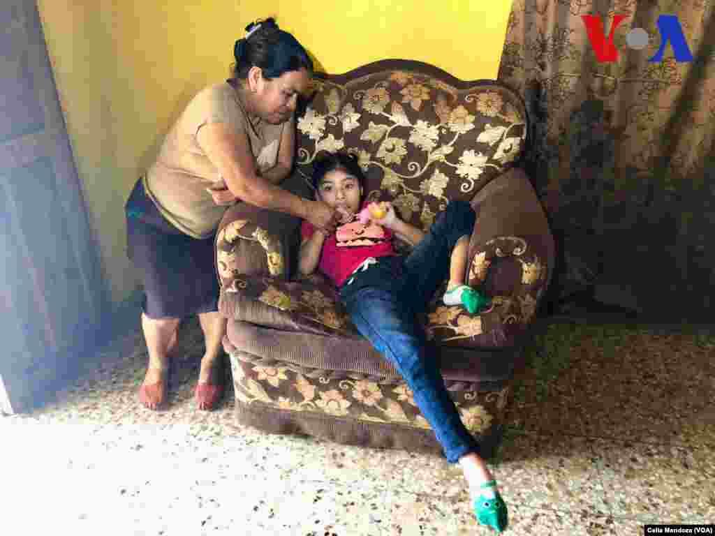 La mamá de Yeni, Guadalupe García Payes, con su hija Keren DayanaGonzález García. (Celia Mendoza - VOA)