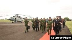 ဗိုလ္ခ်ဳပ္မွဴးႀကီး မင္းေအာင္လိႈင္ အိႏိၵယ ႏိုင္ငံ အာမက္ဂါနာၿမိဳ႕က Armoured Crops Center & School ကုိသြားေရာက္။ (ဓာတ္ပံု - Senior General Min Aung Hlaing FB Page)
