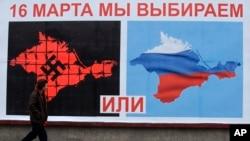 Un cartel llamando al voto a favor del referendo en Sevastopol, Crimea.