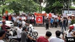 Para demonstran Vietnam melakukan demonstrasi anti-Tiongkok di jalan-jalan ibukota Hanoi (19/6).