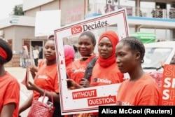 """Aktivis muda di pawai """"She Decides"""" menentang kekerasan seksual di Lilongwe, Malawi, pada 2 Maret 2020, sebagai ilustrasi. (Foto: Alice McCool/Thomson Reuters)"""