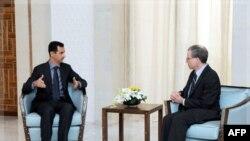 Ðại sứ Hoa Kỳ Robert Ford (phải) gặp Tổng thống Syria Bashar al-Assad tại Damascus, ngày 27/1/2011