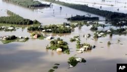 Toàn bộ nhà cửa bị nhận chìm trong trận lụt năm 2011 ở Long An. Trung tâm Dự báo Khí tượng Thủy văn cảnh báo Việt Nam có thể hứng chịu nạn lũ lụt trầm trọng sau khi trải qua hạn hán nặng nề.