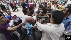 Tersangka pendukung rejim militer di Mesir menyerang para demonstran oposisi di Kairo, menewaskan sedikitnya 11 orang (2/5).