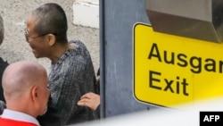中國諾貝爾和平獎得主劉曉波的遺孀劉霞在德國柏林的泰格爾機場被德國政府用汽車接走。(2018年7月10日)