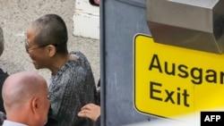 中国诺贝尔和平奖得主刘晓波的遗孀刘霞抵达德国柏林的泰格尔机场。(2018年7月10日)