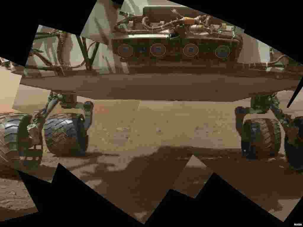 Hình ảnh phần đầu phía trước và gầm của xe thám hiểm Curiosity kết hợp lại từ 9 tấm hình chụp vào ngày 9 tháng 9, 2012.