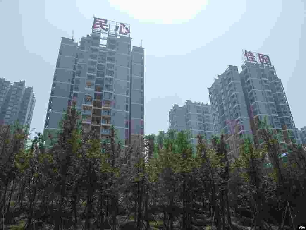 Low-income housing built by the Chongqing government was a popular project. Image shot in April, 2012. (VOA/Ming Zhang)