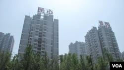 重庆的公寓楼,薄熙来通过修建低收入家庭住宅收买人心。据说陈元领导的银行为重庆提供了大量贷款,卷入了薄熙来夺位之争(美国之音张楠拍摄)