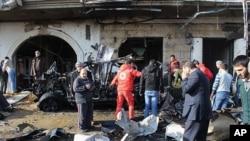 차량 폭탄 테러가 발생한 현장에 모여든 헤르멜 마을 주민들