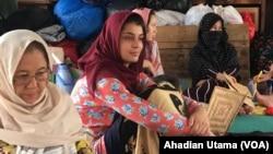 Para wanita pengungsi asal Afghanistan beristirahat di tenda darurat. (Foto: VOA/Ahadian Utama)