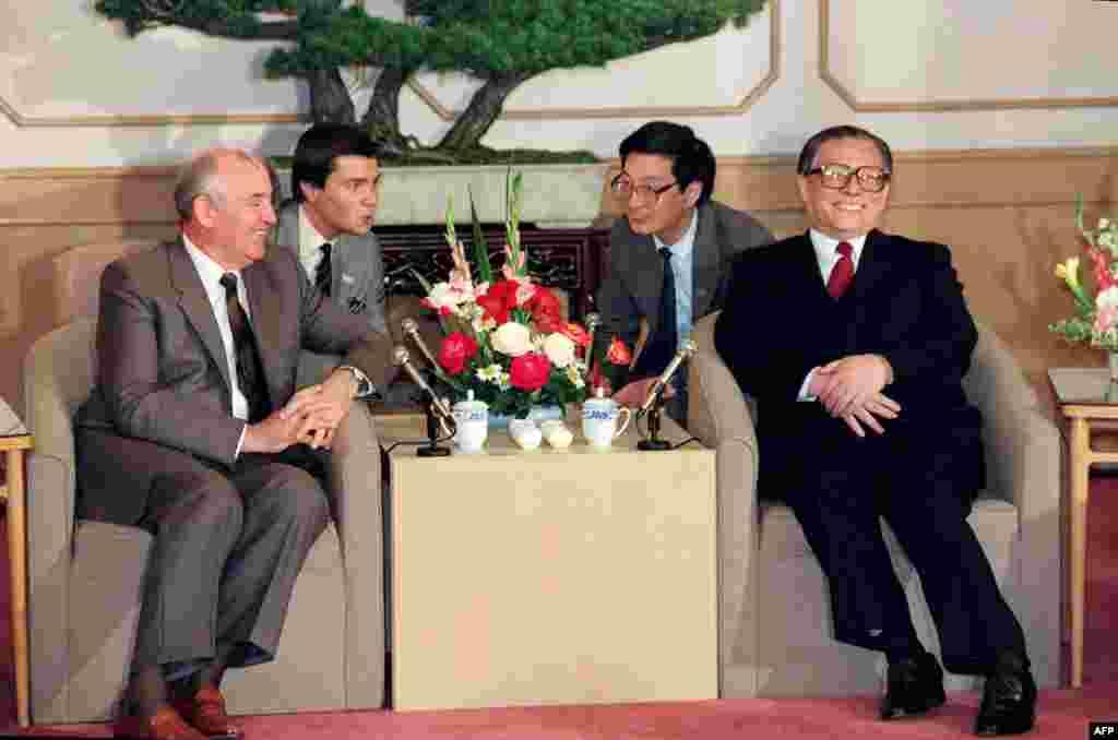 1989年5月18日,苏共总书记米哈伊尔·戈尔巴乔夫(左)和中共上海市委书记江泽民在上海西郊宾馆谈话。后来,通过中共元老李先念提名,陈云推荐,邓小平同意,江泽民成为新的接班人。1989年6月23日至24日,中共中央召开了十三届四中全会,选举江泽民为中央委员会总书记。