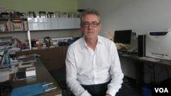 Пирс Хэндлинг в своем рабочем кабинете. Photo by Oleg Sulkin