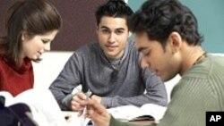 Des ONGs encouragent les Hispaniques à faire des études supérieures