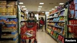 Seorang perempuan menggunakan ponselnya sembari berbelanja di sebuah supermarket di Seoul, Korea Selatan, 28 Maret 2016. REUTERS/Kim Hong-Ji -