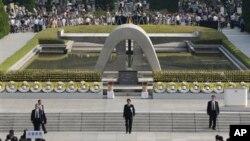PM Jepang Shinzo Abe (tengah) memimpin upacara peringatan 68 tahun peristiwa bom aton di Hiroshima dari depan tugu peringatan di Taman Perdamaian Hiroshima yang didirikan di dekat pusat ledakan bom tersebut untuk mengenang para korban (6/8).