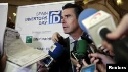 호세 마누엘 소리아 스페인 산업장관이 15일 '파나마 문서' 파문과 관련해 사임한 가운데, 기자들의 질문에 답하고 있다.