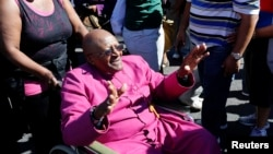 Mantan uskup agung Desmond Tutu melambai kepada pendukungnya di di Cape Town (foto: dok).