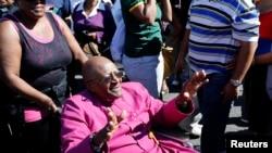 Desmond Tutu salue la foule au Cap, 19 avril 2014