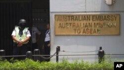 Nhân viên an ninh canh gác trước Đại sứ quán Úc tại Jakarta, Indonesia.