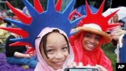 독립기념일에 야외 소풍을 나온 어린이들