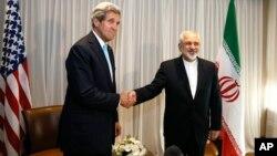 Menlu AS, John Kerry (kiri) saat bertemu Menlu Iran Mohammed Javad Zarif di Jenewa bulan lalu (foto: dok).