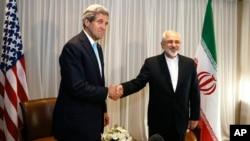 Menteri Luar Negeri Amerika John Kerry (kiri) dan Menteri Luar Negeri Iran Javad Zarif saat bertemu di Jenewa, Swiss, 14 Januari 2015 (Foto: dok).
