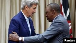 Le secrétaire d'Etat américain John Kerry s'est entretenu lundi avec le président kényan Uhuru Kenyatta de sécurité régionale à Nairobi, Kenya, le 22 août 2016.
