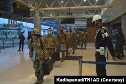 "Tiga ratus tiga puluh tentara Amerika hari Sabtu (24/7) tiba di bandara Sultan Mahmud Badaruddin II, Palembang, Sumatera Selatan, untuk mengikuti Latihan Bersama ""Garuda Shield"" ke-15 tahun 2021. (Foto: Courtesy/Kadispenad TNI AD)"