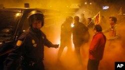 西班牙的工会纠察队员3月29日在马拉加省的粮仓门口,试图让一辆卡车停下来
