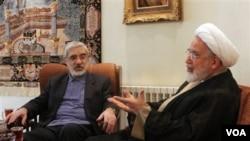 Mantan kandidat presiden Iran, Mahdi Karroubi (kanan) dan Mir Hossein Mousavi berbincang-bincang di Teheran (foto: dok).