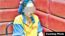 央视在报道涉嫌卖淫的小姐时在脸上打了马赛克(电视截屏)