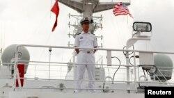 一艘訪問美國夏威夷珍珠港希卡姆聯合基地的中國海軍醫院船上,一名中國軍人禁止上船參觀的媒體進入該船禁區。 (2014年7月5日)