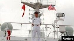 一艘访问美国夏威夷珍珠港希卡姆联合基地的中国海军医院船上,一名中国军人禁止上船参观的媒体进入该船禁区。(2014年7月5日)
