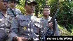 Kapolres Poso AKBP Ronny Suseno memperlihatkan senjata M16 yang diamankan pasca kontak tembak antara Brimob dan Kelompok Teroris di Poso (Foto:VOA/Yoanes Litha)