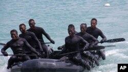 """""""海龙蛙兵""""在海上操纵快速冲击式橡皮艇"""