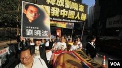 Para demonstran pendukung Liu Xiaobo berpawai di Hong Kong.